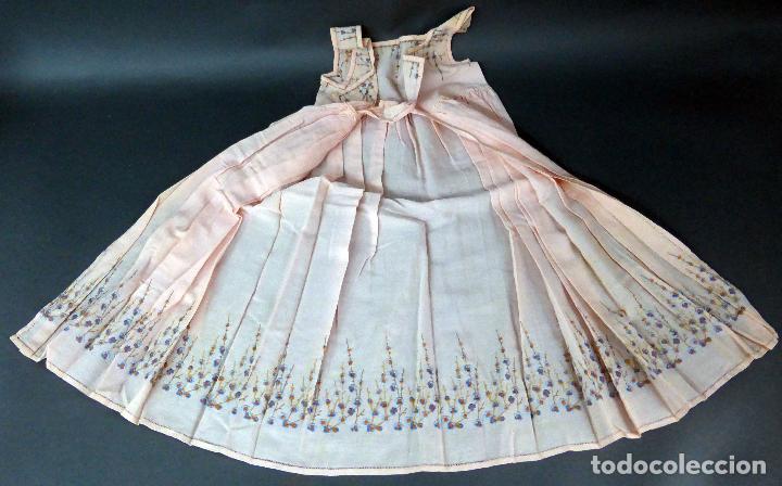 Antigüedades: Vestido niña tela bordada flores años 20 - Foto 3 - 103676239