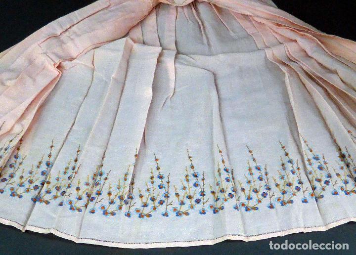 Antigüedades: Vestido niña tela bordada flores años 20 - Foto 4 - 103676239