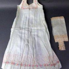 Antigüedades: VESTIDO NIÑA TELA BORDADA FLORES Y CAMISETA CON ENCAJE AÑOS 20. Lote 103677911