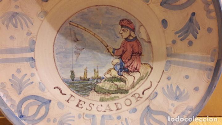 Antigüedades: MAGNÍFICO PLATO DE CERÁMICA. OFICIOS / PESCADOR. 33 CM Ø. PPOS. S. XX. PERFECTO / VER FOTOS. - Foto 2 - 103721867