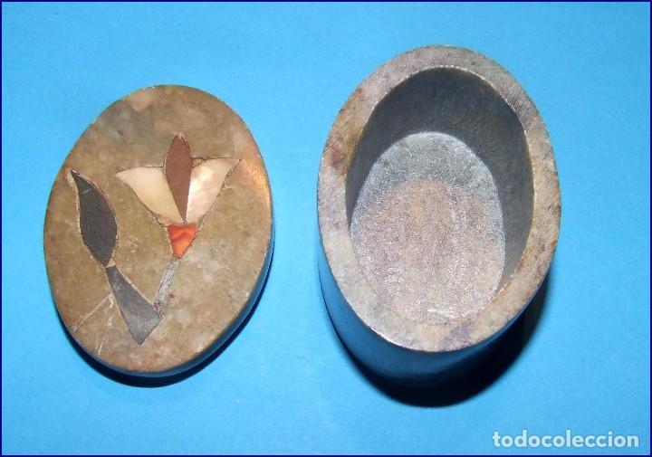 Antigüedades: ANTIGUA CAJITA OVAL EN MARMOL CON FLOR INCRUSTADA NACAR Y OTROS - Foto 3 - 103731327