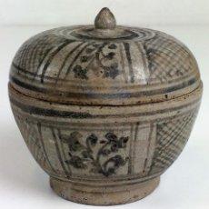 Antigüedades: CUENCO CON TAPA Y BASE. CERÁMICA ESMALTADA SHAWANKALOK. THAILANDIA. SIGLOS XIV-XV. Lote 103672363