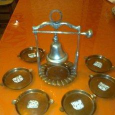 Antigüedades: CAMPANITA CON BOLA DE TOCAR, CON SOPORTE 6 PLATILLOS METAL CENICEROS 375 GR.. Lote 103746531