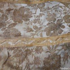 Antigüedades: EXCEPCIONAL CAPA PLUVIAL DE SEDA BLANCA BORDADA EN HILO DE ORO EN BUEN ESTAFO. Lote 103749538