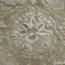 Antigüedades: PAÑUELO EN ENCAJE DE BLONDA O CHANTILLI DEL SIGLO XIX - IDEAL VIRGEN - . Lote 103751899