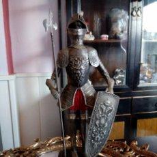 Antigüedades: ARMADURA CABALLERO MEDIEVAL CON MANIQUI, LANZA Y ESCUDO - PEANA MADERA - 35 CMS.. Lote 103770539