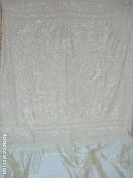 Antigüedades: Bonito Mantón de Manila Antiguo - Bordado a Mano - Color Crudo - Flecos de seda - Perfecto Estado!!! - Foto 3 - 103780103