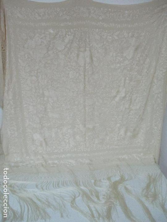 Antigüedades: Bonito Mantón de Manila Antiguo - Bordado a Mano - Color Crudo - Flecos de seda - Perfecto Estado!!! - Foto 5 - 103780103
