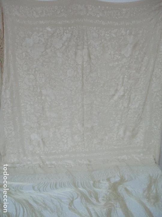 Antigüedades: Bonito Mantón de Manila Antiguo - Bordado a Mano - Color Crudo - Flecos de seda - Perfecto Estado!!! - Foto 6 - 103780103