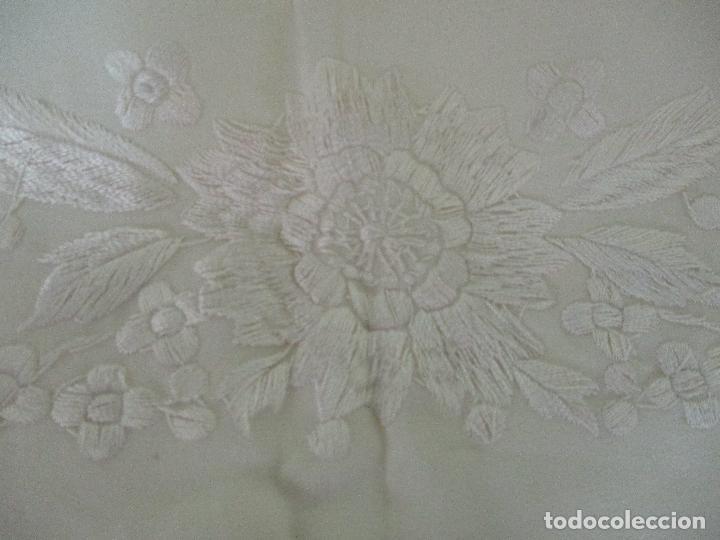 Antigüedades: Bonito Mantón de Manila Antiguo - Bordado a Mano - Color Crudo - Flecos de seda - Perfecto Estado!!! - Foto 8 - 103780103