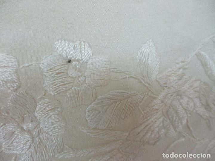 Antigüedades: Bonito Mantón de Manila Antiguo - Bordado a Mano - Color Crudo - Flecos de seda - Perfecto Estado!!! - Foto 14 - 103780103