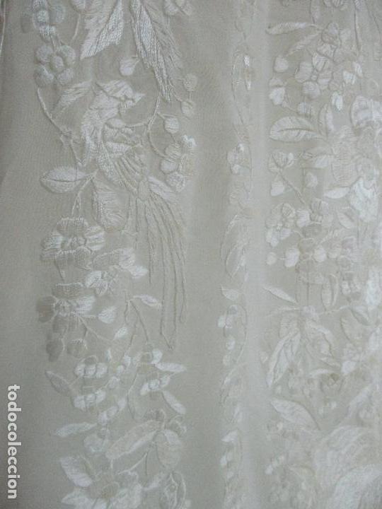 Antigüedades: Bonito Mantón de Manila Antiguo - Bordado a Mano - Color Crudo - Flecos de seda - Perfecto Estado!!! - Foto 15 - 103780103