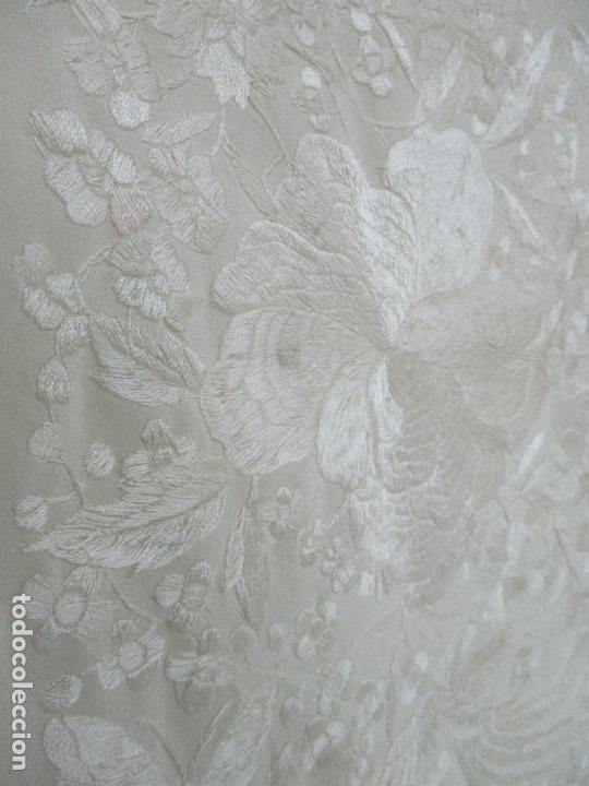 Antigüedades: Bonito Mantón de Manila Antiguo - Bordado a Mano - Color Crudo - Flecos de seda - Perfecto Estado!!! - Foto 17 - 103780103