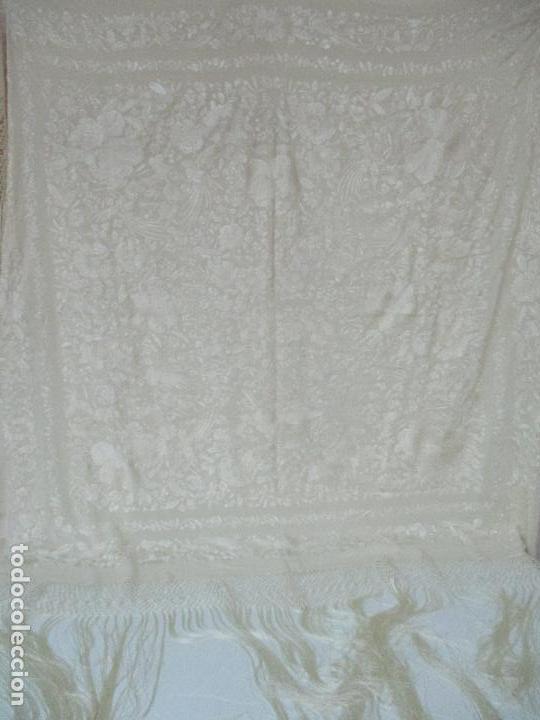Antigüedades: Bonito Mantón de Manila Antiguo - Bordado a Mano - Color Crudo - Flecos de seda - Perfecto Estado!!! - Foto 18 - 103780103