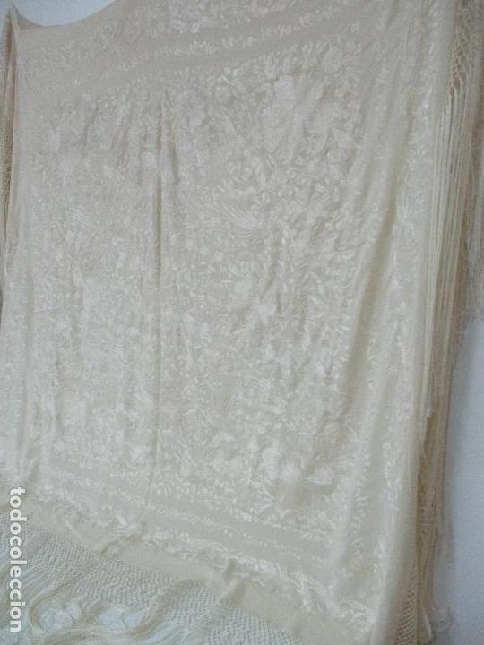 Antigüedades: Bonito Mantón de Manila Antiguo - Bordado a Mano - Color Crudo - Flecos de seda - Perfecto Estado!!! - Foto 19 - 103780103
