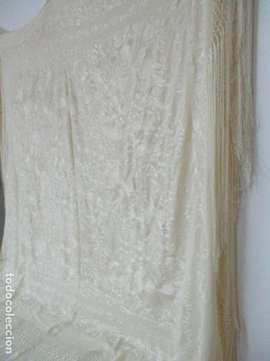 Antigüedades: Bonito Mantón de Manila Antiguo - Bordado a Mano - Color Crudo - Flecos de seda - Perfecto Estado!!! - Foto 23 - 103780103