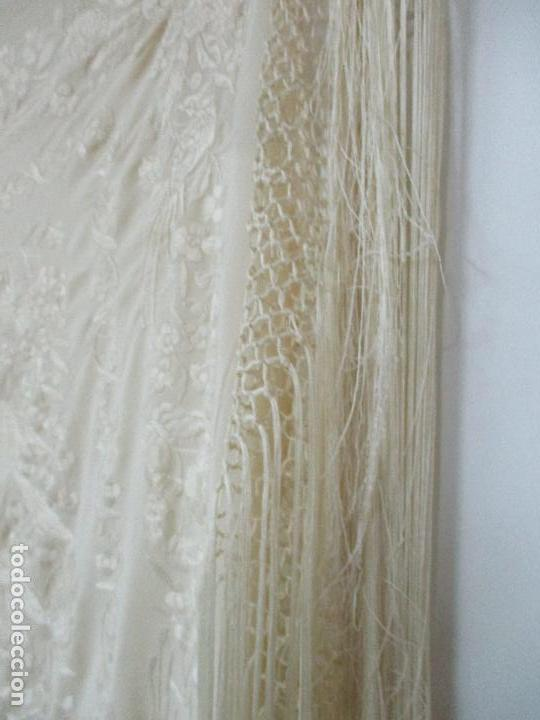 Antigüedades: Bonito Mantón de Manila Antiguo - Bordado a Mano - Color Crudo - Flecos de seda - Perfecto Estado!!! - Foto 24 - 103780103