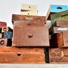 Antigüedades: LOTE 26 CAJONES ANTIGUOS DE MADERA DE TALLER COMERCIO FABRICA - ANTIGUO CAJON DECORATIVO CON POMO. Lote 103785511