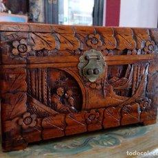 Antigüedades: ANTIGUA CAJA- BAÚL CHINO CON ESCENAS TALLADAS EN MADERA DE ALCANFOR.. Lote 103785579