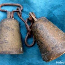 Antigüedades: ANTIGUA PAREJA DE CAMPANILLAS DE HIERRO - BRONCE Y HIERRO - CAMPANA CON BADAJO - ANILLA ORIGINAL. Lote 228822470