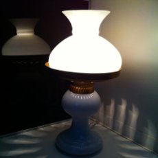 Antigüedades: LAMPARA MESA ANTIGUA DE OPALINA SOBRE BASE DE OPALINA TIPO QUINQUE. Lote 103827327