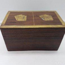 Precioso caja antigua en madera tallada con aplicaciones de bronce para pocker.