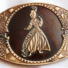 Antigüedades: HEBILLA DE BAQUELITA CON GRABADOS MOTIVO ORIENTAL DE LOS AÑOS 30 DEL SIGLO XX. Lote 103851851