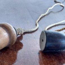 Antigüedades: RECLAMO DE CAZA EN MADERA CON PLOMADA DE BELLOTA. Lote 103854067