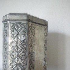 Antigüedades: ANTIGUA LATA DE CAFE HECHA EN RELIEVI DOS ANOS 1918,1920 SELADA MERKUR KAFFEE SPEZIAL,MAISON SPECIAL. Lote 103874811