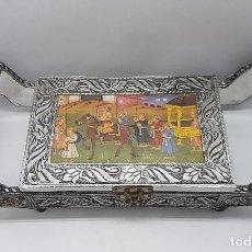 Antigüedades: PRECIOSA CAJA JOYERO INDIA CON ESCENA COTIDIANAS HINDÚES RECUBIERTA EN METAL COLOR PLATA.. Lote 103879063