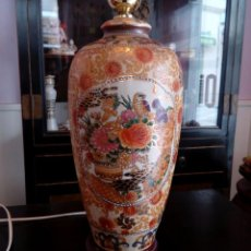 Antigüedades: LAMPARA DE SOBREMESA DE PORCELANA CHINA CON PIE DE MADERA - 43 CM. Lote 103886623