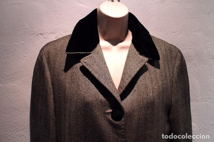 Abrigo de espiguilla gris con cuello y puños de terciopelo segunda mano
