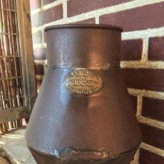 Antigüedades: JARRA METAL ANTIGUA DE LA COMPAÑIA BLAS MADONNA. Lote 103922655