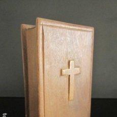 Antigüedades: ANTIGUA CAJA DE MADERA CON CRUZ. IMITANDO UN LIBRO. BANDEJA DESPLEGABLE.. Lote 76850127