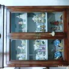 Antigüedades: VITRINA DE CAOBA DE LOS AÑOS 50. Lote 103965099