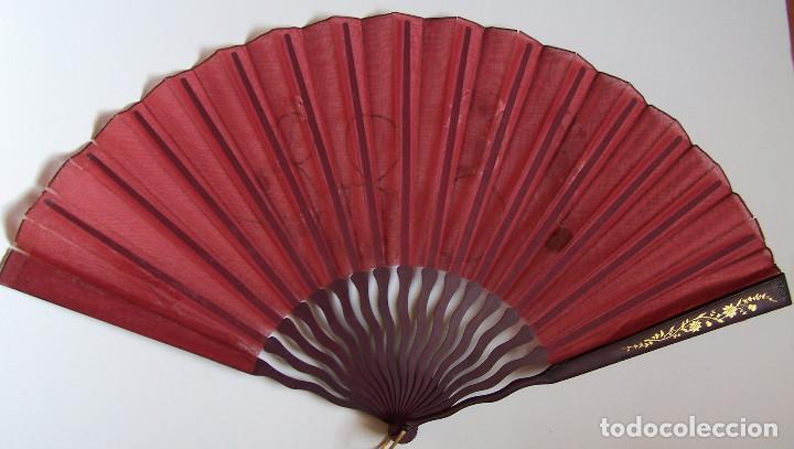 Antigüedades: Pericón de organza roja conmemorativo del año 1888. Varillaje de madera decorada. - Foto 2 - 103979467