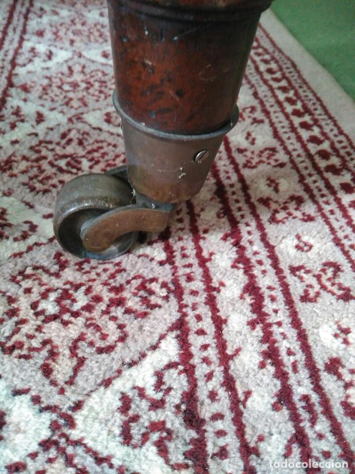 Antigüedades: Mesa de despacho con 5 cajones tapa piel marrón - Foto 4 - 57450418
