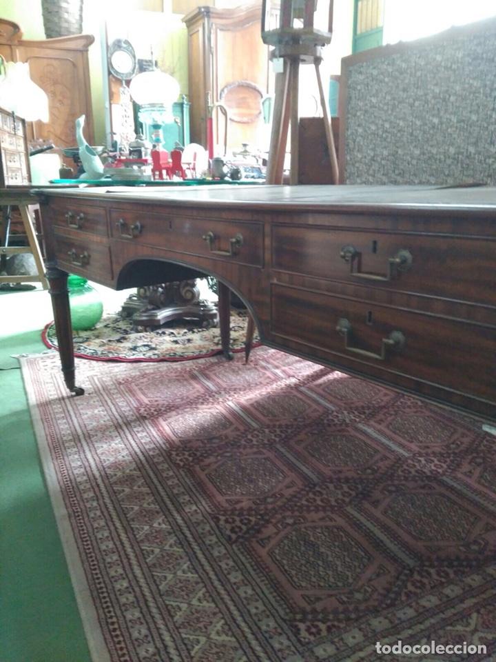 Antigüedades: Mesa de despacho con 5 cajones tapa piel marrón - Foto 7 - 57450418