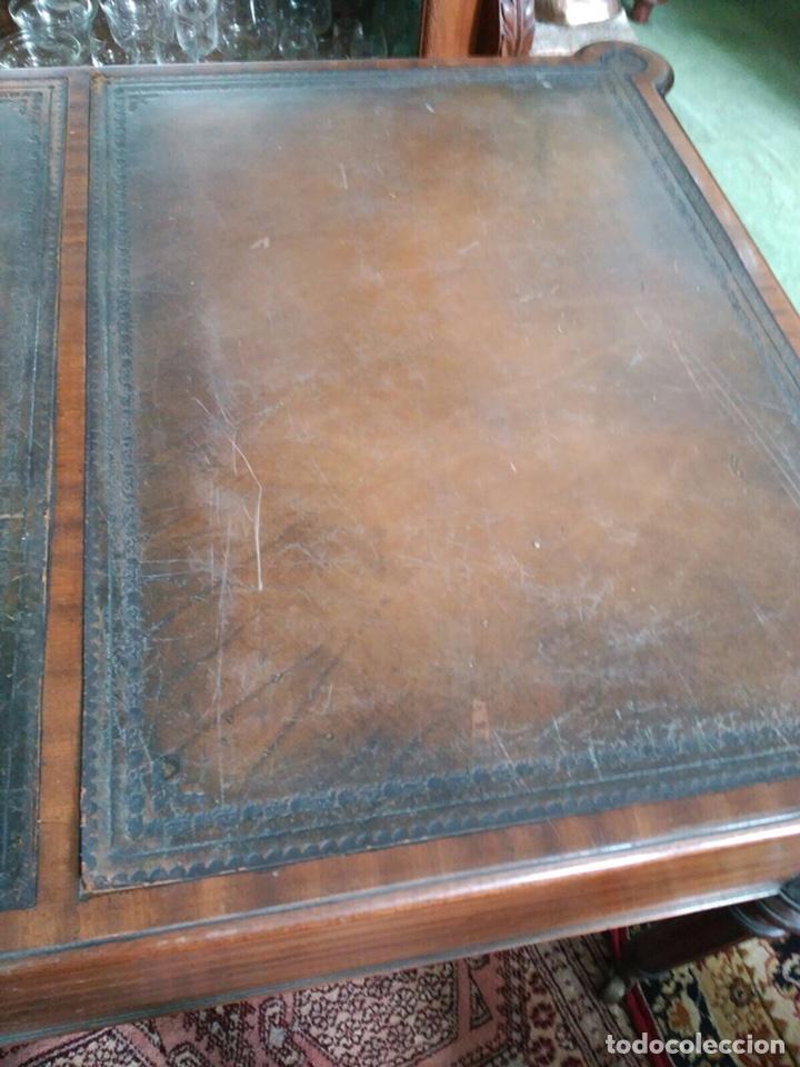 Antigüedades: Mesa de despacho con 5 cajones tapa piel marrón - Foto 8 - 57450418