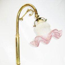 Antigüedades: LAMPARA ANTIGUA EN BRONCE DORADO Y TULIPA TORNASOL ROSA TIPO MODERNISTA ESCRITORIO MESA. Lote 103991139