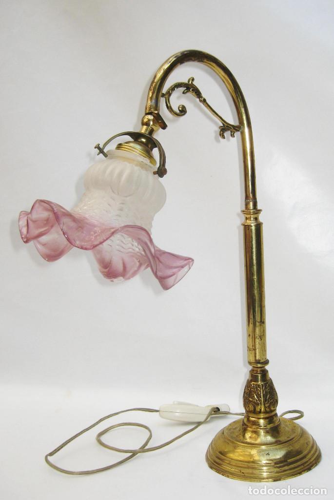 Antigüedades: LAMPARA ANTIGUA EN BRONCE DORADO Y TULIPA TORNASOL ROSA TIPO MODERNISTA ESCRITORIO MESA - Foto 5 - 103991139
