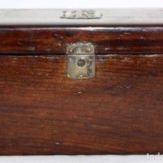 Antigüedades: CAJA EN MADERA CON DOBLE COMPARTIMIENTO INTERIOR E INICIALES EN PLATA EN LA TAPA. Lote 104034915