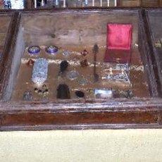 Antigüedades: VITRINA, EXPOSITORA. TIENDA. FINALES DEL SIGLO XIX.MADERA. MEDIDAS: 1, 40M LARGO X 50 CM. Lote 104035843