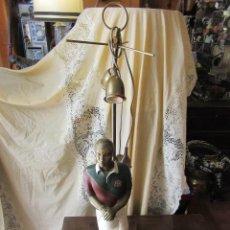 Antigüedades: TALLA DE MADERA CONVERTIDA EN LÁMPARA DE MESA, JUGADOR DE BEISBOL. Lote 104039711