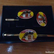Antigüedades: PASADOR DE CORBATA, ALFILER Y PINK DE LA BANDERA DE ESPAÑA CON EL ESCUDO DEL ESTADO ESPAÑOL. Lote 111792754