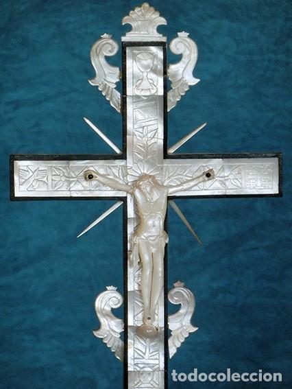 PRECIOSO CRUCIFIJO ANTIGUO - NÁCAR Y MADERA - STA. MARÍA MAGDALENA - CRUZ RELIGIOSA - CRISTO (Antigüedades - Religiosas - Crucifijos Antiguos)