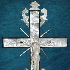 Antigüedades: PRECIOSO CRUCIFIJO ANTIGUO - NÁCAR Y MADERA - STA. MARÍA MAGDALENA - CRUZ RELIGIOSA - CRISTO. Lote 104080215