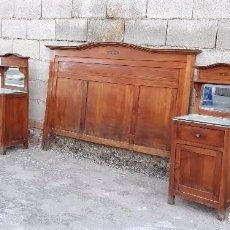 Antigüedades: PAREJA DE MESILLAS ANTIGUAS MODERNISTAS CON CABECERO ANTIGUO ESTILO ISABELINO, HABITACIÓN COMPLETA. Lote 104101087