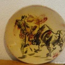 Antigüedades: PLATO CERAMICA LA BISBAL ( GIRONA ) CON MOTIVO TAURINO DE TOROS. VA FIRMADO.. Lote 104104647