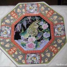 Antigüedades: BONITO PLATO OCTOGONAL CON PAVO REAL Y DECORACION FLORAL MARCADO EN LA BASE JAPAN. Lote 104106099